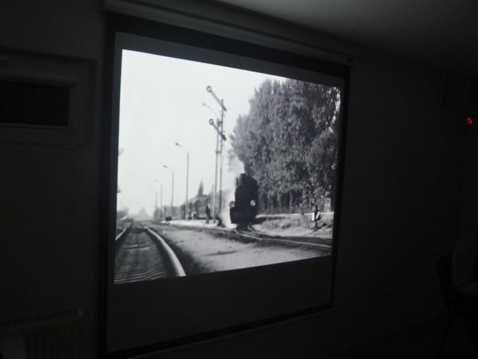 Kadr z archiwalnego filmu prezentującego sochaczewską kolejkę na trasie.