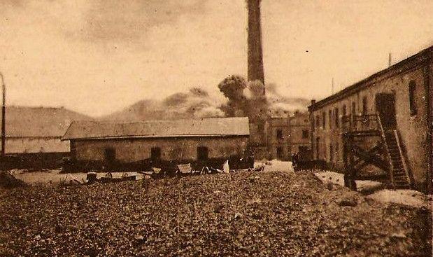 Moment wysadzenia komina cukrowni w Młodzieszynie, 1916 (ze zbiorów Andrzeja Kornackiego)